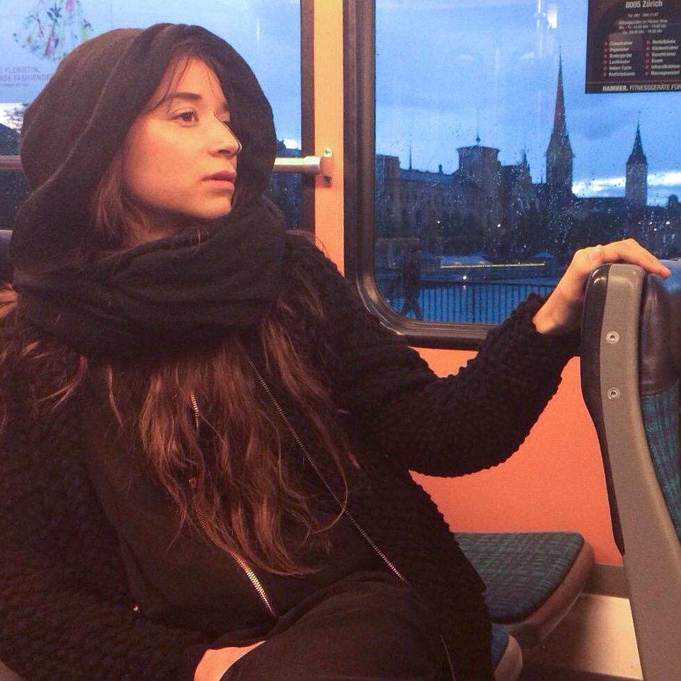 Veronika in der Züri Tram, bei Regenbogenwetter; Foto: Mojan Salehipour