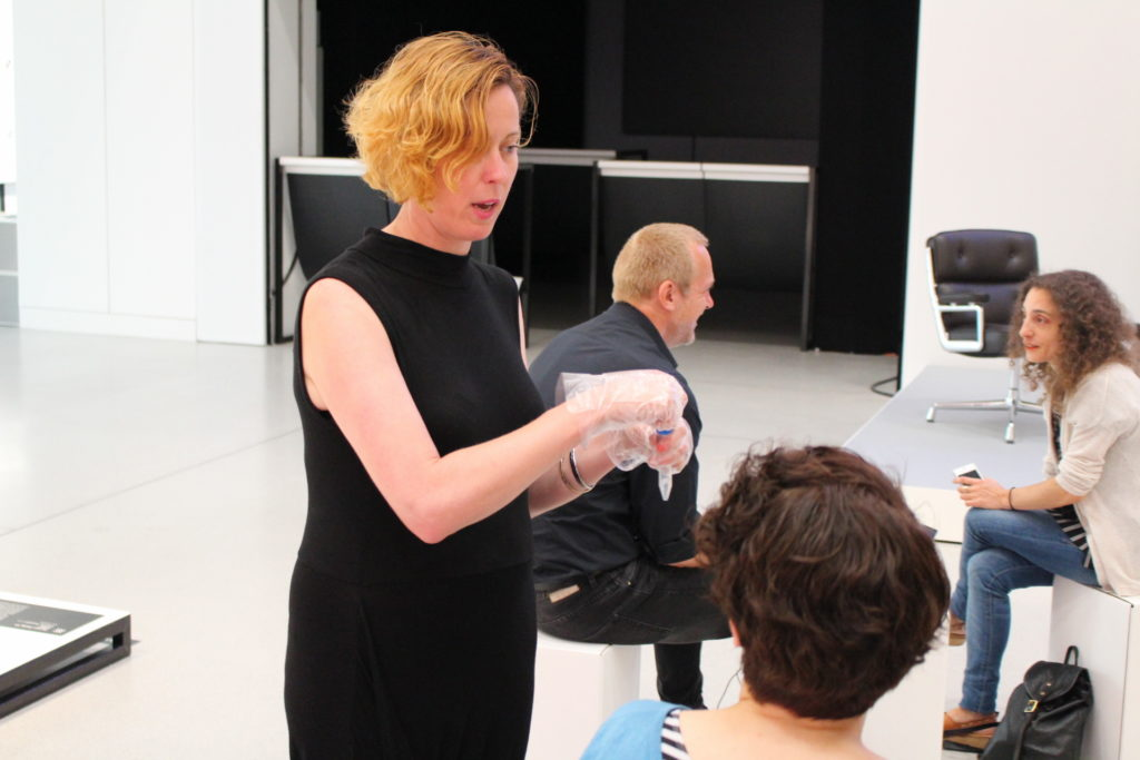 Künstlerin Teresa Dillon bittet zum Speicheltest